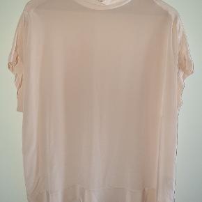 Super fin silkebluse farven er meget sart rosa/nude Bryst 60, længde foran 65 og bagpå ca.77