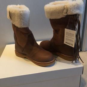 """Lækre støvler i blødt skind med dejligt foer. De er stadig med mærke og i kasse. De har lidt """"mærker"""" - se billede. Har ingen betydning Bytter ikke"""