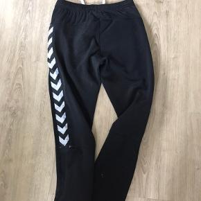 Bløde og behagelige joggingbukser fra Hummel. Snøre og elastik i livet og lynlås-lomme. Brugte, men fejler intet.
