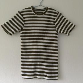 Vildt lækker strikket t-shirt, der står ingen størrelse eller mærke i, men passer str. S/36 og kan strække sig til str. L/40