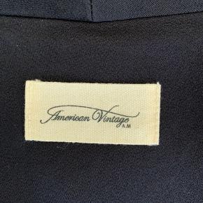 Smukkeste sorte kimono fra American Vintage med bindebånd. Str. XS/S men passer også medium! 100% Viscose 🖤