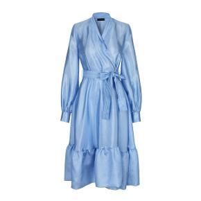 Den flotteste Niki Wrap dress fra Stine Goya.  Er købt til et bryllup, men jeg endte i en anden kjole.  Nypris 1800 kr.