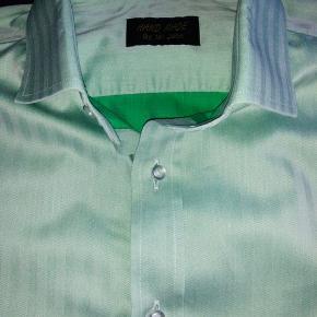 Skræddersyet - bruger normalt størrelse L i skjorter.  Se annoncer for to andre skjorter i samme størrelse.