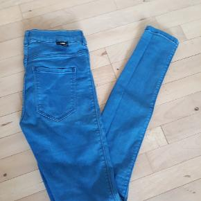 Dr. Denim jeans i modellen Plenty - højtaljede skinny 🌸 Er en størrelse medium, men er lidt små i størrelsen. Har små brugstegn, men fejler intet 🍀