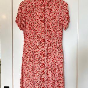 Fin rød kjole med små hvide blomster.