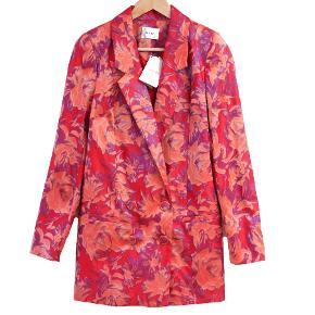 Sælger denne helt nye blazer jakke i det smukkeste stof fra Gestuz. Ny med mærke på :)  Nypris: 2500 DKK  Str. 36