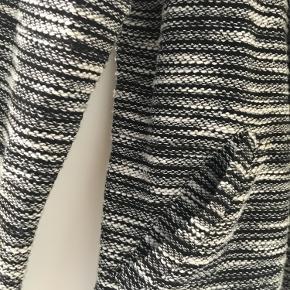 Fin sort og hvid mønstret cardigan. Har 2 lommer og er med lynlås.  Størrelse S fra H&M.  Er aldrig blevet brugt og er derfor som ny. Spørg endelig efter flere billeder.  Kom med et bud. Mængderabat gives ved køb af flere dele.  Sender gerne på købers regning.