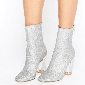 Smukke støvler med glitter, fra Public Desire. Str. 39 Brugt 1 gang, så de er i fantastisk stand. Byd!