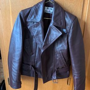 Sælger min smukkeste Acne jakke! Fejler intet og i fineste stand. Nypris: 4000kr.