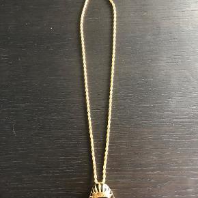 Kæde med Farao vedhæng fra japanske Ambush. Vedhænget kan tages af og bruges som pin/broche. Super fin stand.