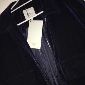 Den lækreste jakke i mørkeblå velour.  Nypris er 1200,-