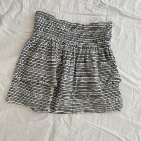Nederdel fra Moss Copenhagen i størrelse L men går mere som en M. Nederdelen er forholdsvis slidt.