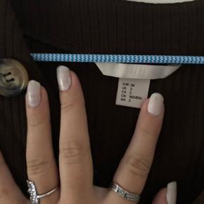 Sælger den her top fra H&M!  Så fin, er bare ikke mig mere.  Fejler intet!   Np - 200 BYD!