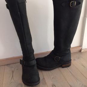 Lækre læderstøvler, der bare ikke lige passede mig. Derfor kun brugt få timer. Støvlerne er imprægneret og klar til dansk vinter.