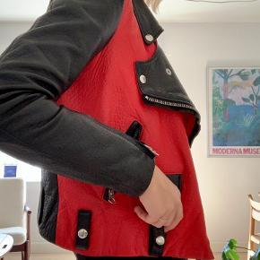 Skønneste Acne jakke! Som jeg desværre ikke får brugt nok.  Har små brugstegn men ikke noget man ser :) kan passes af s/xs  Bæltet medfølger selvfølgelig !    Mp 4600