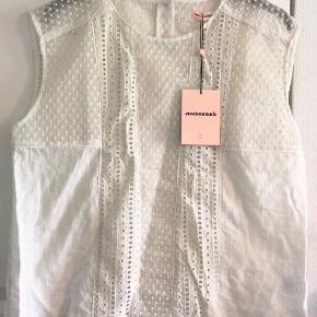 Super fin hvid top fra Custommade, størrelse 44/XXL. Ny pris 1.500,- Modellen hedder 'Runa'.