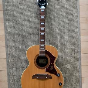 Jeg sælger denne skønne gamle Hoyer guitar fra 60'erne eller 70'erne sådan cirka.   Det er en lækker 12 strenget Hoyer, der er lavet i nogle gode materialer og nu står ubæden at blive brugt. Den skal have nye strenge og så spiller den fint. Og så følger der en tilhørende hård læder taske med til den.   Jeg ved ikke om det elektriske i den virker da jeg ikke kan afprøve det. Lakken er faldet af nogle få steder men det har ingen effekt på brugen af guitaren. Hvis det ønskes kan man sikkert også omlakere den et sted.   Nyprisen var ret høj men den sælges billigt da den ikke er blevet brugt i mange år.