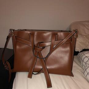 Lækker brun læder taske. Kan ligne lidt mærket Loewe. Den er helt ubrugt og den er meget rummelig. Skriv for flere billeder