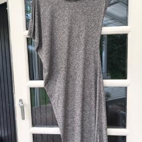 Super lækker let kjole med flotte asymetriske detaljer. Brugt med i pæn stand, uden huller og lignede.