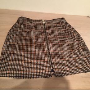 Super klassisk flot Vero Moda nederdel i str M. Skrålommer med indvendig trykknapper
