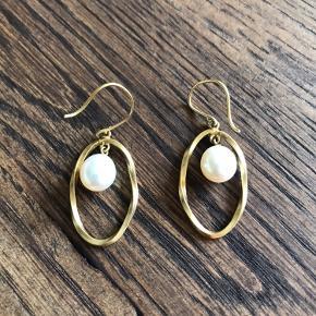 Helt nye og ubrugte øreringe fra Carré. Forgyldte Sterling sølv med hvid ferskvandsperle. Nypris 790,-