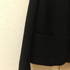 Elegant flot kort jakke fra H&M str. 44. Den har aldrig været brugt. Gratis Porto ved køb via TS i efterårsferien.