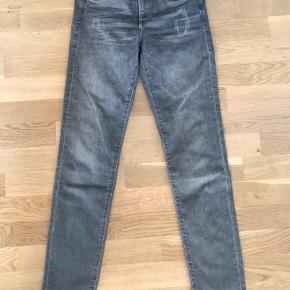Shaping jeans fra H&m. Str 26/30. Brugt få gange.