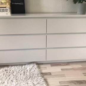 Sælger min kommode fra Ikea, da jeg ikke havde plads til den. Den er omkring 1,5 år men fejler intet. Udover det ene hjørne, som er knækket af, og sat på igen. (Kan ses på billede) Byd gerne.