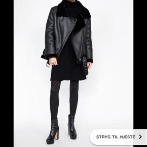 Sælger denne lækre biker jakke fra Zara.   Købspris er 800kr. Den er kun brugt 1 sæson og fejler derfor intet.