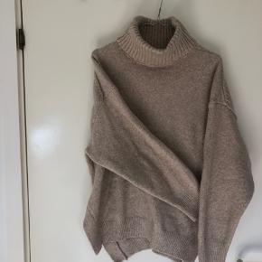 Sælger denne sweater i beige med hals