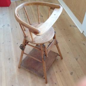 Børne højstol fra 1800'tallet i fin og stabil stand. Hjul i metal. Meget sjælden.