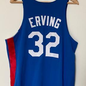 Sjælden Hardwood Classics Julius Erving nr. 32 New York Knicks udebane/away 1975-76 NBA/ABA jersey i str large. Basket spilletrøje. Køber betaler forsendelse/afhentes Tjek også mine Jason Kidd-trøje til salg 👍🏻 Skriv endelig, hvis der er spørgsmål