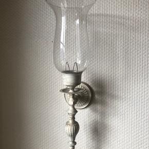 Væghængte lysestager til fyrfadslys. 50 kr. for begge to.