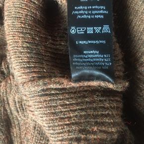 Virkelig smuk sweater med pufærmer. Brugt 3 gange. Den er gået op i nederste søm. Det har jeg repareret. Det kan ses på sidste billede. Det er pga dette sweateren sælges billigt.