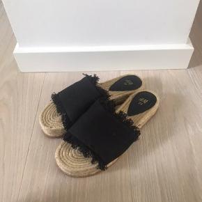 Sorte sandaler fra h&m. Brugt en enkelt gang eller to og derfor er standen som nærmest som ny. Sælges også i hvid 🌸