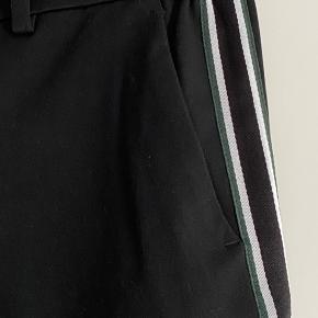 Super lækker sort slacks med grøn stribe i siden  Lommer - elastik i taljen  Str 38  Aldrig brugt -  150 pp