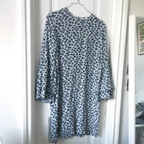 Blå mønstret Ganni kjole, går til midt lår. Brugt meget få gange. str. 34, passes af 34 og 36! Husker nyprisen til at være 1119kr! Byyd