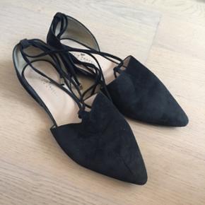 Smukke Julie fagerholdt spidse sandaler med snørre. De fremstår i pæn stand, men er slidte under (det ser man ikke når man har skoene på naturligvis).  Nypris var omkring 1200kr.