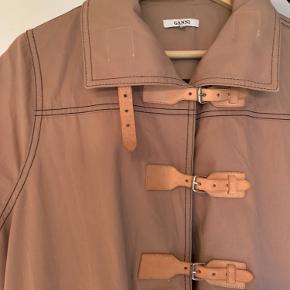 Smuk Ganni jakke, perfekt som overgangsjakke og med smuk detalje øverst.