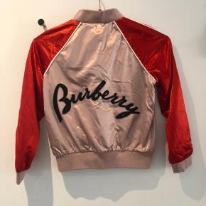 Super lækker bomber jacket fra Burberry i størrelse 8 år. Aldrig brugt, så fremstår som ny