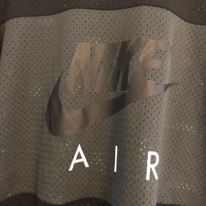 Sælger denne fede Nike T-shirt, da jeg desværre ikke får den brugt. Den er brugt højst 1-2 gange, så derfor er den i rigtig god stand. Selve t-shirten kan betegnes som en slags nettrøje grundet de små huller i den.   NP var omkring 300