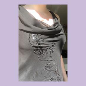 """🖤🖤🖤🖤🖤🖤🖤🖤🖤🖤🖤🖤🖤🖤🖤  SORT LET KJOLE M. BØLGET SØM OG PALLIET-DETALJE  - Jeg er en str. M, og har kjolen på på billederne, dvs. at den kan passe forskellige str. (Dog nok bedst en S) - Kjolens yderste lag er 'see-through' og indenunder er der et underkjole-lag - Kjolens søm er som sagt bølget/sømmet er det sakaldte """"lettuce hem""""  Skriv bare for flere billeder:)  SMID ET BUD!"""
