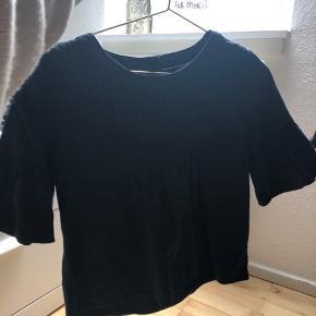 Jeg har denne her rigtig fine og mega sommerlige Tommy Hilfiger trøje er mega fin jeg er 13 år og er 170 cm høj og jeg kan godt passe den så bare BYD:):)