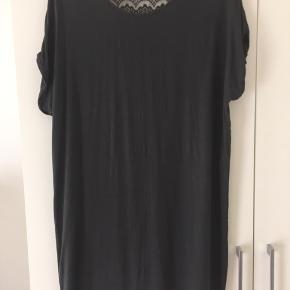 Mørkegrå, løs kjole med blonderyg.