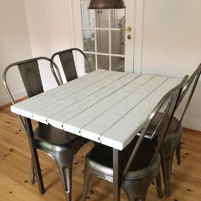 Fedt vintage spisebord med plads til 4 stole. Man kan både have stolene stående som på billedet eller en stol på hver side, hvis man ønsker mere plads.  Det måler 100*80cm Det er malet i en hvid vintage maling som er matt. Stellet er i meget rustikt stål, som giver det et fedt look.   Kan afhentes ved Nørrebro st.