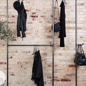 RackBuddy Wild Bill Elliot - Double tøjstativ   Lækkert robust tøjstativ lavet af gamle vandrør. Brugt i et halvt år, men det ses ikke, da kvaliteten på stativet er god.   Nypris 1499,-.   Sendes helst ikke, da det vejer 21 kg😅 Kan afhentes i Aalborg C.