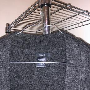 Købte den selv brugt, men den var i meget fin stand og har efterfølgende ikke selv brugt den ☺️ slet ikke forvasket 100% lammeuld, så dejlig varm her til vinter