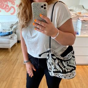 Smuk broderet og perlebesat taske Fra H&M Har en lille inderlomme Lukningen kan stammes ind  —————————  🌸 HUSK 🌸 at du kan lægge flere af mine varer i din kurv og kun betale porto én gang ✨  —————————
