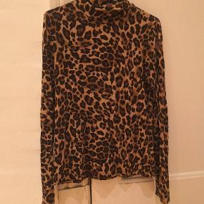 Langærmet leopard bluse med turtleneck.