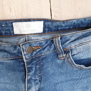 Blå bukser fra Pieces Str medium De er brugt et par gange, fremstår flotte trods lidt brugs slidtage  de sælges for 55kr de kan sendes med DAO for 38kr eller hentes i indre københavn